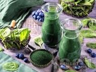 Здравословно смути със замразен спанак, замразени боровинки, мед и спирулина (водорасли)